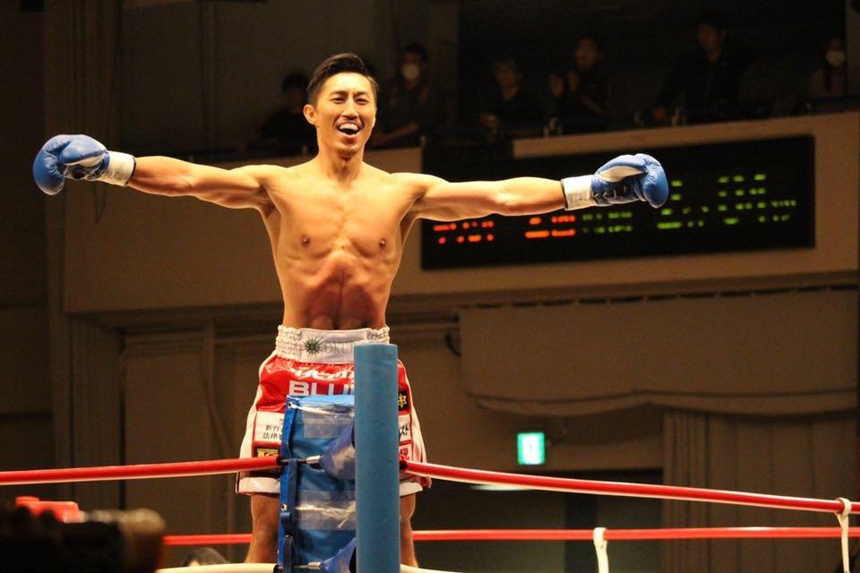 コーナーに立つ山崎秀晃選手